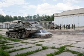 Крушение автомобиля танком